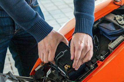 So gehen sie mit der Batterie aus ihrem Motorrad im Winter um